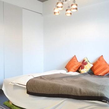 ダブルベッドもおけるサイズの寝室。(※写真は4階の同間取り別部屋、モデルルームのものです)