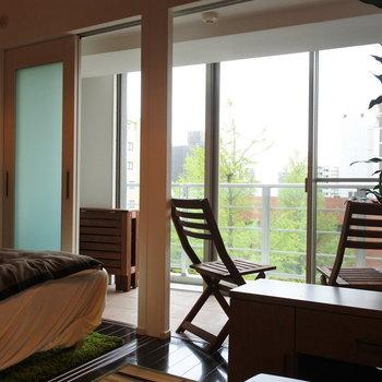 ソファからサンルーム越しに、グリーン。素晴らしい。(※写真は4階の同間取り別部屋、モデルルームのものです)
