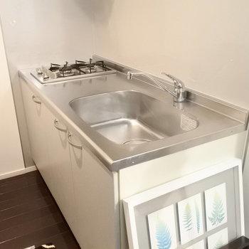 キッチンはガス2口でお料理も楽しめる。(※写真は4階の同間取り別部屋、モデルルームのものです)
