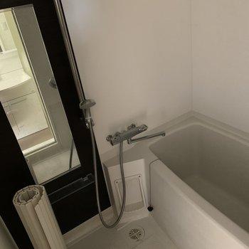 大きな鏡がついた広々お風呂※電気がついていない状態です