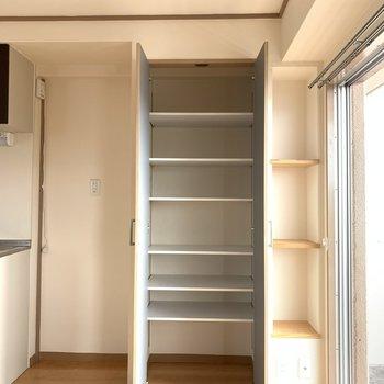 リビングの冷蔵庫横にはたっぷりの収納と飾り棚が気がきいてる