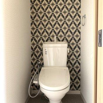 トイレはネイティブ柄のクロスで大人の余裕を感じる