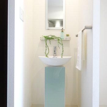 スタイリッシュな洗面台。(※写真は4階の同間取り別部屋、モデルルームのものです)