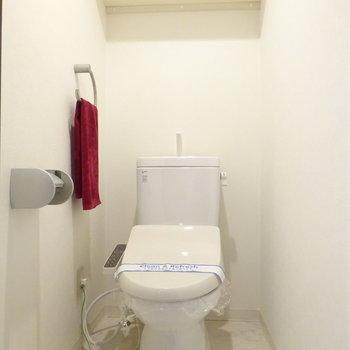 トイレはゆったりでウォシュレット付き!(※写真は4階の同間取り別部屋、モデルルームのものです)