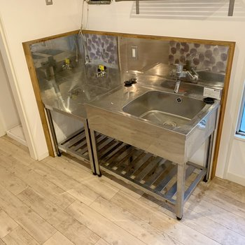 こちらがキッチン!脇に、棚とかおいても良いかもしれません。