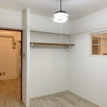 ここが洋室。小窓があるだけでお洒落空間に。