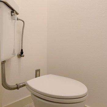 おトイレは普通。ややゆったり目のスペースです。