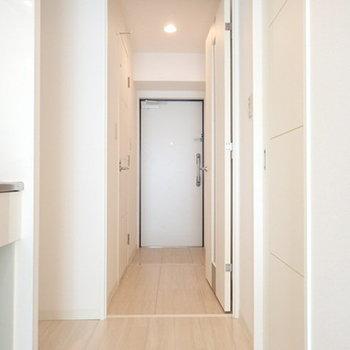 玄関までのすーっとした廊下がタイプです。(※写真は8階同間取り別部屋のものです)