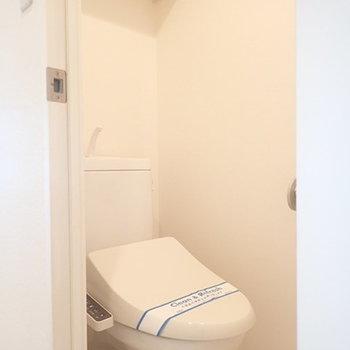 トイレはシンプルですが明るくて素敵です。(※写真は8階同間取り別部屋のものです)