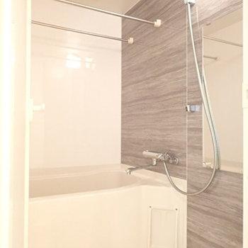 お風呂は完全落ち着き空間。(※写真は8階同間取り別部屋のものです)