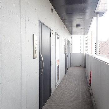 明るい廊下でこちらも眺めが良いんですよね〜