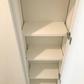 玄関にもう一つ収納があります。(※写真は9階の同間取り別部屋のものです)