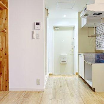 木と、キッチンタイルのハーモニー…。