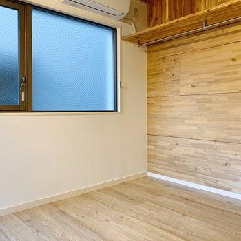 ベッドは窓側に横向きで置くのがいいかな。