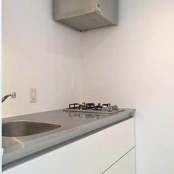 キッチンもスタイリッシュ2口ガス。※写真は702号室のもの