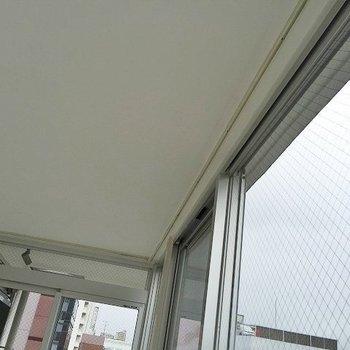 天井埋込み式のカーテンレール。※写真は702号室のもの