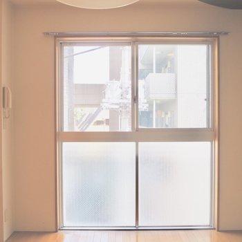 窓は上半分が開きます※写真は3階の反転間取り別部屋のものです