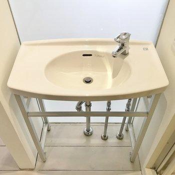 洗面台もデザイン性あり◎※写真は同タイプの別室。