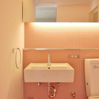 洗面はスタイリッシュに。※写真は308号室のもの