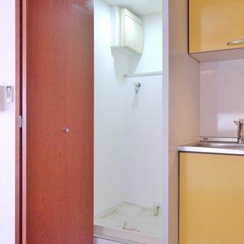 隣には洗濯置き場。※写真は308号室のもの