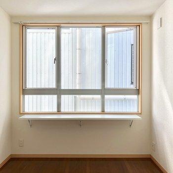 奥の洋室部分へ。この窓がたまらないのです。私だけの特別な場所感。