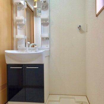 脱衣所は窓付きで明るいです。洗面台と洗濯機は並びに。
