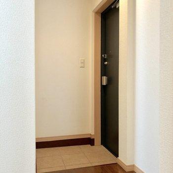玄関は割と広めです。ラックはどこに置こうかな。
