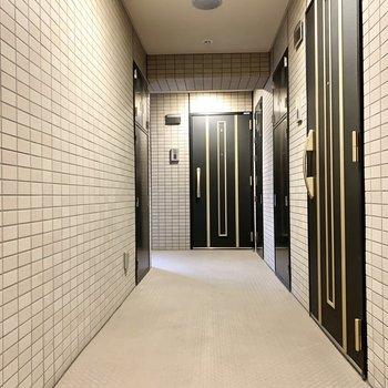 お部屋はエレベーターから離れたところにあります