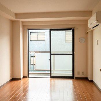 素朴な雰囲気のお部屋。※写真は3階反転間取り別部屋のものです
