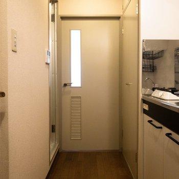 玄関前から洋室まで。左奥の扉を開くとユニットバスが。※写真は3階反転間取り別部屋のものです