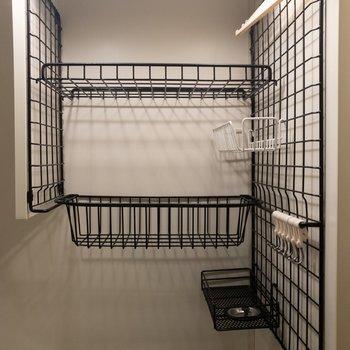 シンクの上にはラックがあります。※写真は3階反転間取り別部屋のものです