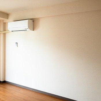 エアコンの下にベッドを置こうかな。※写真は3階反転間取り別部屋のものです