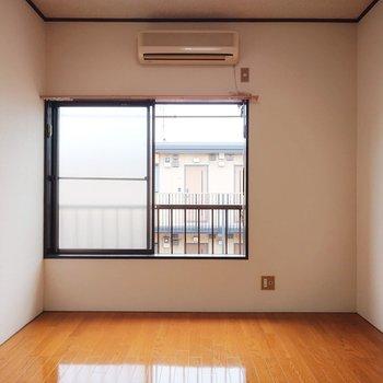 南向きで室内が明るいですね。※写真は2階の反転間取り別部屋のものです