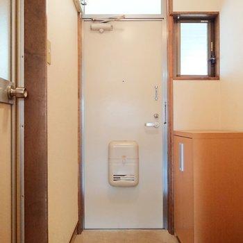 小窓があり明るい玄関です。※写真は2階の反転間取り別部屋のものです