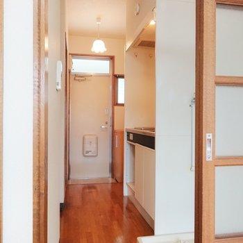 キッチンへ向かいましょうか。※写真は2階の反転間取り別部屋のものです