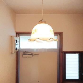 玄関上のペンダントライト、レトロで雰囲気作ってます。※写真は2階の反転間取り別部屋のものです