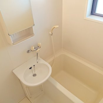 浴室は2点ユニットバスです。鏡の裏にしまえるのがGOOD。※写真は2階の反転間取り別部屋のものです