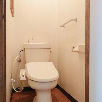 トイレは個室で、温水洗浄便座付きなのもいいですね。※写真は2階の反転間取り別部屋のものです