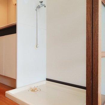 スペースはコンパクトなので洗濯機の大きさに注意して。※写真は2階の反転間取り別部屋のものです