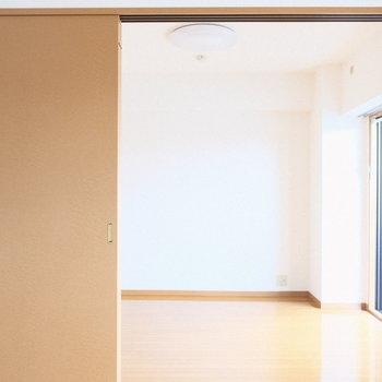 戸は開けておいて1つのお部屋として使うのもいい。(※写真は4階の反転間取り別部屋のものです)