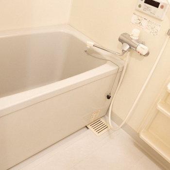 お風呂はシンプル、鏡付き。(※写真は4階の反転間取り別部屋のものです)
