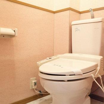 トイレはウォシュレット付き。(※写真は4階の反転間取り別部屋のものです)