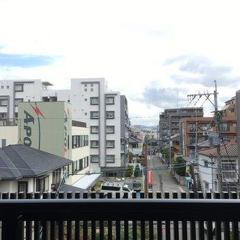 眺望は住宅街が広がります。