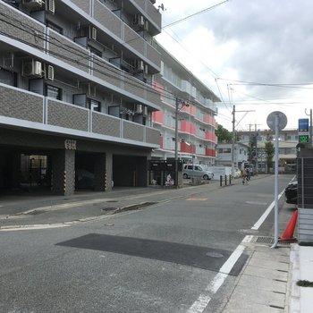 大通りの1本横。交通量はそこまで多くないですよ。