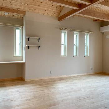 【リビング】サイドの小窓も換気用に開きます。キッチンの近くにはデスクスペースも。