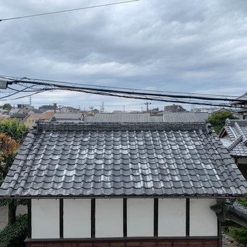 眺望は道路挟んで向かいの一軒家。