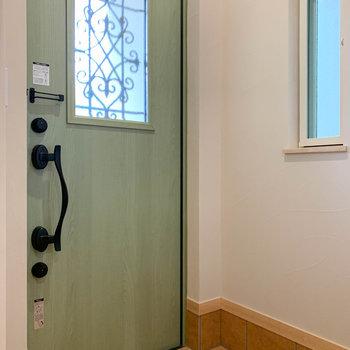 玄関扉のオリーブグリーンも素敵。