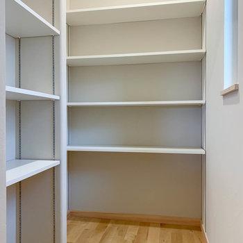 【キッチン】奥の扉を開けると約1.5帖のパントリー!日持ちする食材の貯蔵庫になるんです!小窓もあるので換気もできます。