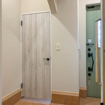 玄関横の淡い木の扉はSIC(シューズインクローゼット)です。
