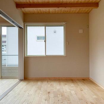 【洋室6.5帖】隣の洋室へ。さっきの洋室と合わせ、広い一部屋としても使えそう。